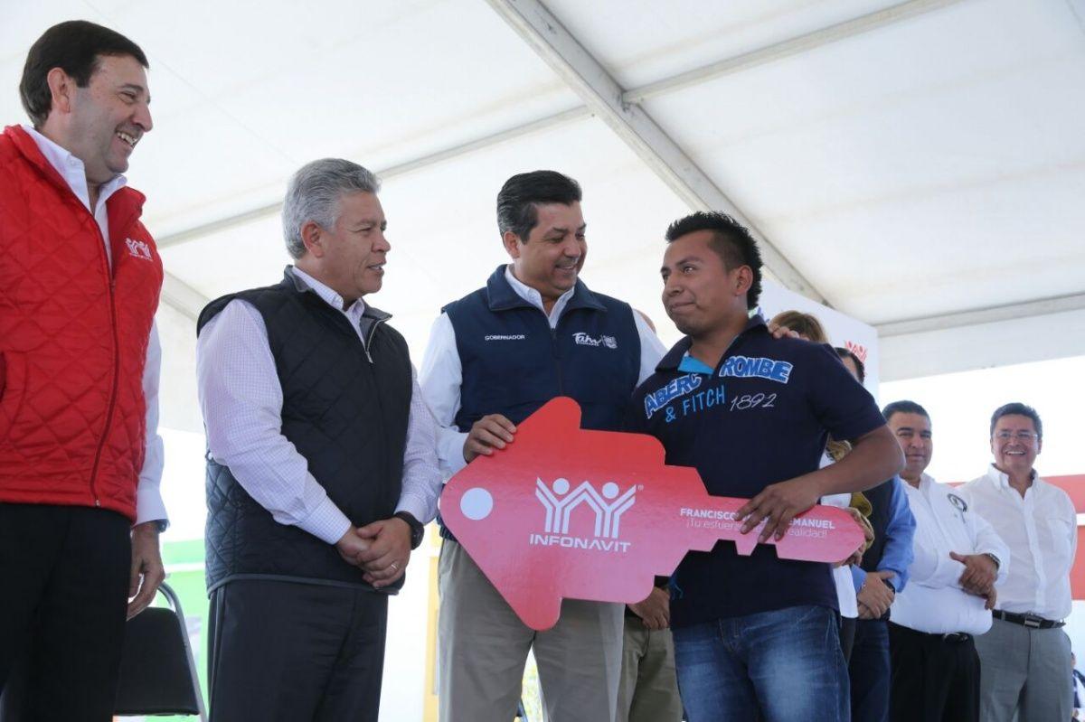GOBERNADOR Y DIRECTOR DEL INFONAVIT ENTREGAN ESCRITURAS Y CREDITOS DE VIVIENDA EN REYNOSA